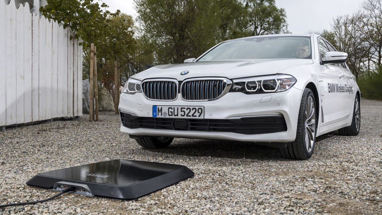 https://www.matrixlife.gr/wp-content/uploads/2018/05/bmw-530e-phev-wireless-charging-5-1280x720.jpg