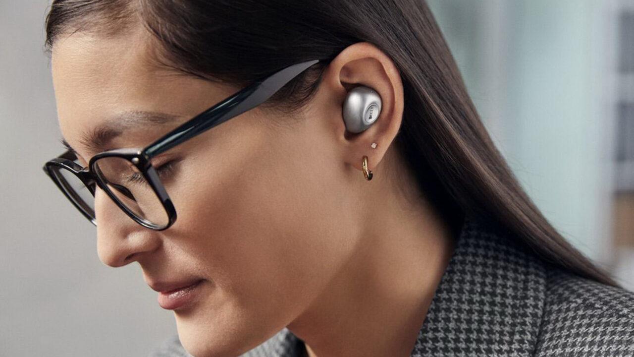 https://www.matrixlife.gr/wp-content/uploads/2021/02/kef-mu3-earbud-silver-lifestyle-female-glasses-1280x720.jpg